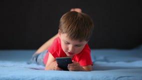 Muchacho que juega en un teléfono móvil metrajes