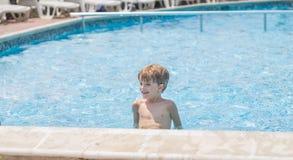 Muchacho que juega en una piscina Fotos de archivo