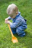 Muchacho que juega en yarda Fotografía de archivo libre de regalías