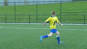 Muchacho que juega a fútbol imagen de archivo
