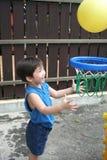 Muchacho que juega la bola de la cesta Fotos de archivo libres de regalías