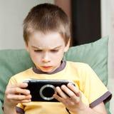 Muchacho que juega la consola del juego fotos de archivo libres de regalías