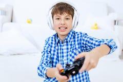 Muchacho que juega la consola del juego Fotos de archivo