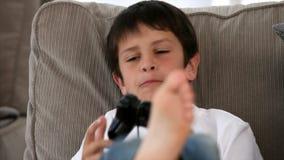 Muchacho que juega a los juegos video metrajes