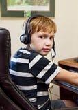 Muchacho que juega a los videojuegos en el ordenador Imagen de archivo