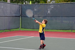 Muchacho que juega a tenis Imágenes de archivo libres de regalías
