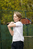 Muchacho que juega a tenis Fotos de archivo