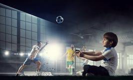 Muchacho que juega a un juego video Técnicas mixtas Fotografía de archivo