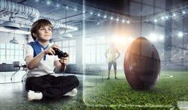 Muchacho que juega a un juego video Técnicas mixtas Fotografía de archivo libre de regalías