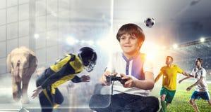 Muchacho que juega a un juego video Técnicas mixtas Imagenes de archivo