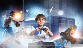 Muchacho que juega a un juego video Técnicas mixtas Fotos de archivo libres de regalías