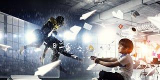 Muchacho que juega a un juego video Técnicas mixtas Foto de archivo