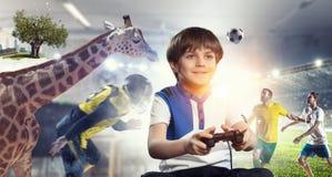 Muchacho que juega a un juego video Técnicas mixtas Imagen de archivo libre de regalías
