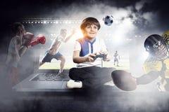 Muchacho que juega a un juego video Técnicas mixtas Imágenes de archivo libres de regalías