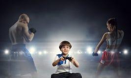 Muchacho que juega a un juego video Técnicas mixtas Foto de archivo libre de regalías