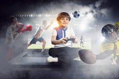 Muchacho que juega a un juego video Técnicas mixtas Fotos de archivo