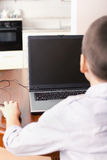 Muchacho que juega un ordenador Imagen de archivo