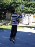 Muchacho que lanza la bola Foto de archivo libre de regalías