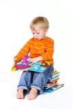 Muchacho que lee los libros móviles Foto de archivo libre de regalías