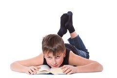 Muchacho que lee un libro Imagen de archivo libre de regalías