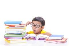 Muchacho que lee un libro fotografía de archivo