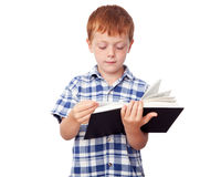 Muchacho que lee un libro Fotos de archivo libres de regalías