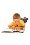 Muchacho que lee una historia fotografía de archivo libre de regalías