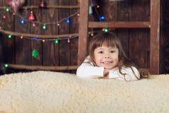 Muchacho que lleva a cabo regalos de Navidad Fotografía de archivo libre de regalías