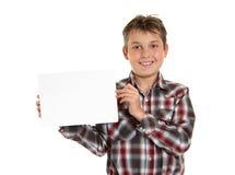 Muchacho que lleva a cabo su concesión o mensaje de la muestra Imagenes de archivo