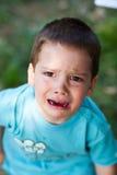 Muchacho que llora encima de ruidosamente imagen de archivo libre de regalías
