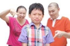 Muchacho que llora mientras que los padres lo regañan fotografía de archivo libre de regalías