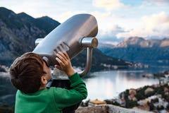 Muchacho que mira con binocular la ciudad de Kotor, Montenegro Fotografía de archivo