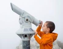Muchacho que mira en el cielo Foto de archivo