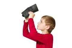 Muchacho que mira la cartera vacía de la penetración aislada en blanco Fotos de archivo libres de regalías