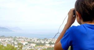 Muchacho que mira la ciudad abajo metrajes