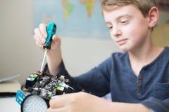 Muchacho que monta a Kit In Bedroom robótico imagen de archivo libre de regalías