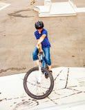 Muchacho que monta su bici Foto de archivo libre de regalías