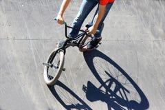 Muchacho que monta una bici en una colina especial Fotos de archivo