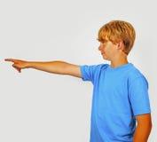 Muchacho que muestra con su brazo en la dirección del foreward Imagen de archivo