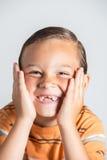 Muchacho que muestra los dientes que falta Fotos de archivo
