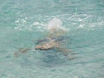 Muchacho que nada bajo el agua en la playa verde del remiendo, Jervis Bay, NSW, Australia Foto de archivo