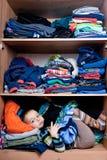muchacho que oculta en el armario imagenes de archivo