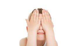 Muchacho que oculta su cara fotografía de archivo libre de regalías