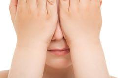 Muchacho que oculta su cierre de la cara para arriba fotografía de archivo libre de regalías