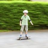 Muchacho que patina con velocidad fotografía de archivo