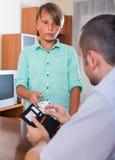 Muchacho que pide a padre dinero Fotos de archivo libres de regalías