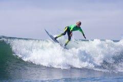 Muchacho que practica surf en una onda en Santa Cruz California Imágenes de archivo libres de regalías