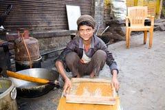 Muchacho que prepara la comida de la calle, la India Fotos de archivo libres de regalías
