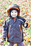 Muchacho que presenta en el parque Foto de archivo libre de regalías