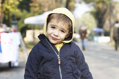Muchacho que presenta en el parque Imagen de archivo libre de regalías